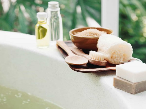 Als je op zoek bent naar geparfumeerd badzout, kun je het beste een badzout met etherische oliën kiezen.  (Bron: Diana Vyshniakova: 24825228/ 123rf.com)