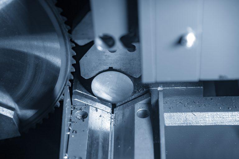 Las sierras de cinta tienen dos o tres volantes que son los encargados de hacer girar la cinta.