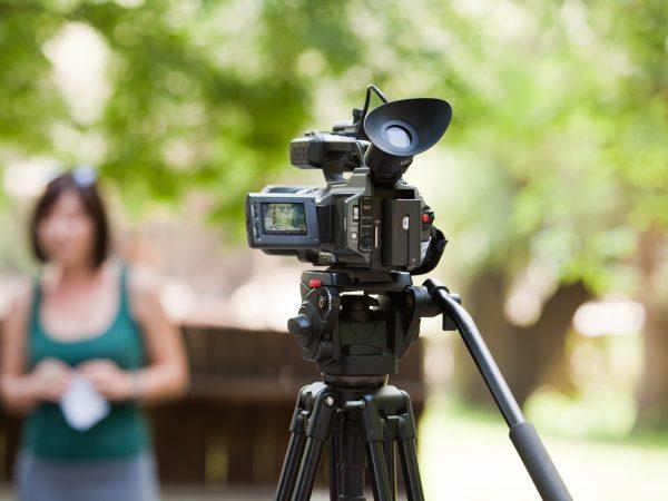 Mujer siendo filmada por video grabadora