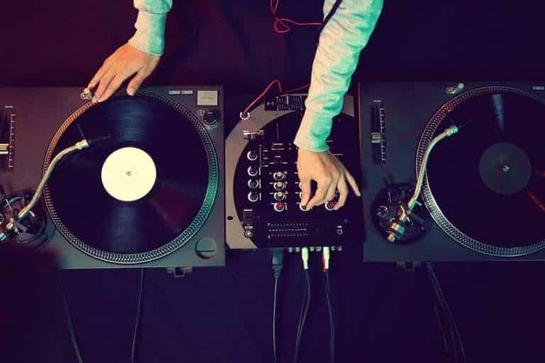 DJ con tornamesa moderno