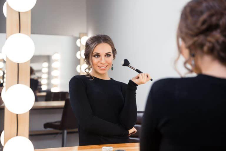 el iluminador es un cosmético destinado a proporcionar luz y brillo al rostro.