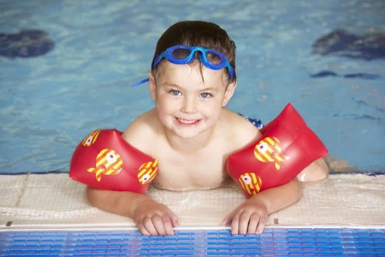 Los niños se desarrollan en el agua, al mismo tiempo que se lo pasan en grande.