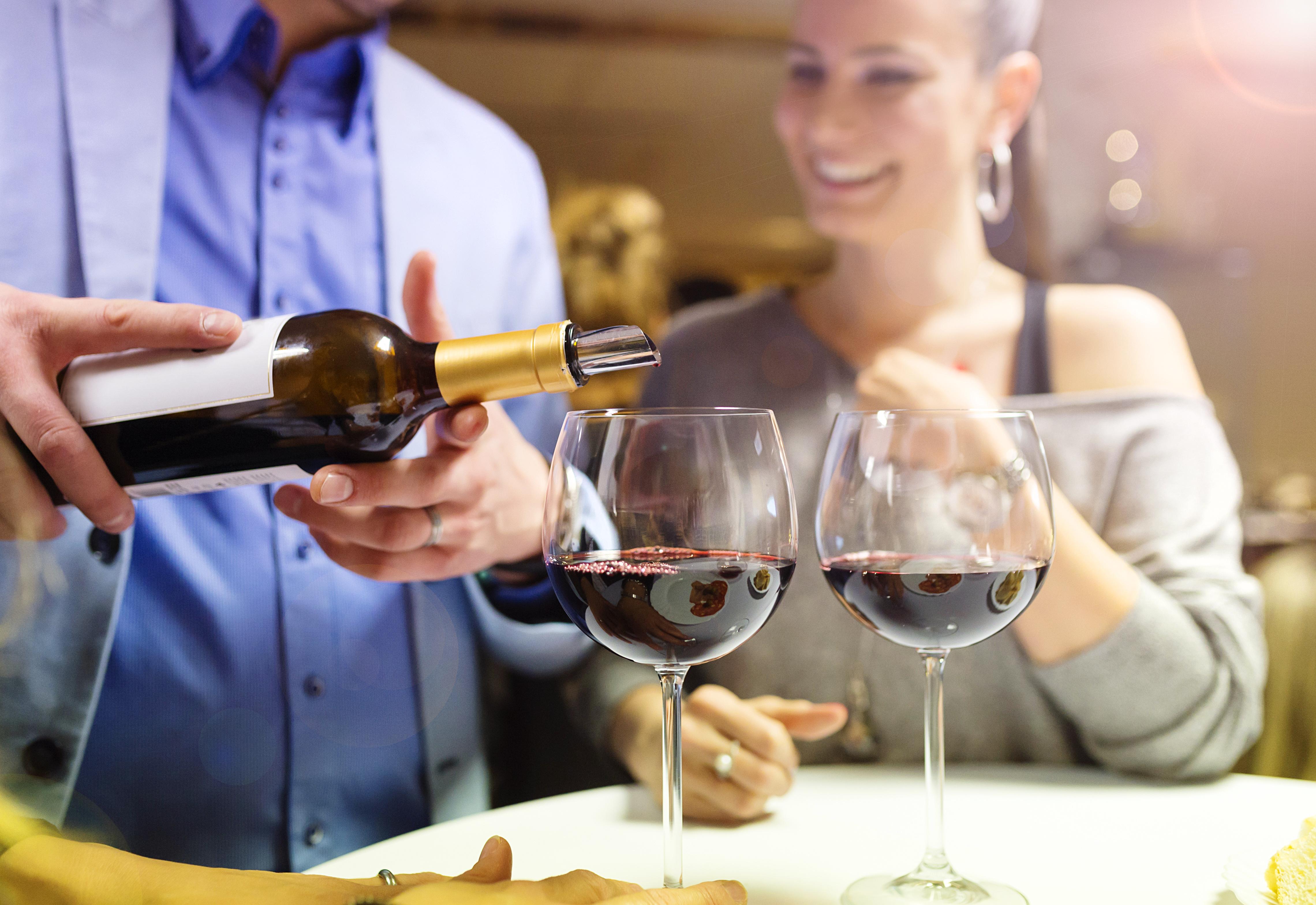 Disfrutando de un vino en pareja