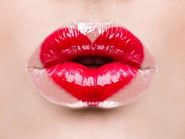 labios decorados con labial rojo con forma de corazon
