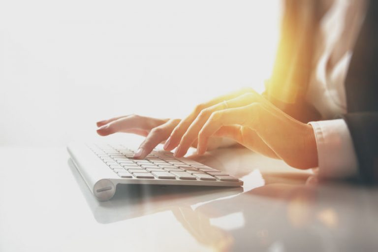 Los teclados son periféricos de entrada de datos alfanuméricos que emplean un sistema de botones y teclas, y que se basan en las antiguas máquinas de escribir.