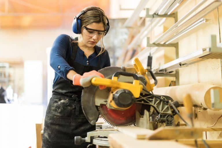 La sierra circular es una máquina para hacer cortes longitudinales y a bisel en una amplia variedad de materiales.