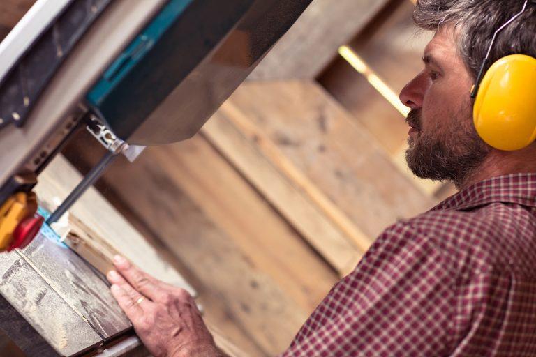 La sierra de cinta o serrucho de banda es una sierra de pedal o eléctrica.