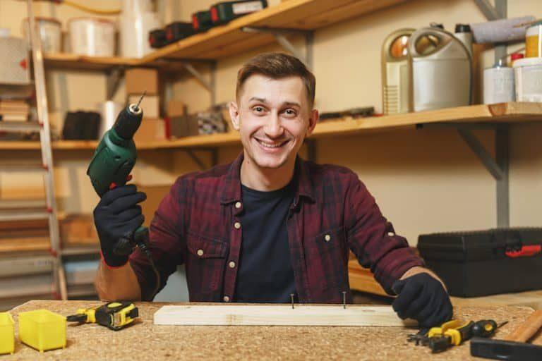 Hombre trabajando en taller de carpinteria