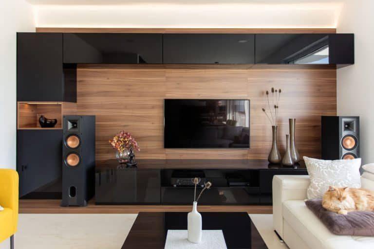 Sala equipada con barra de sonido