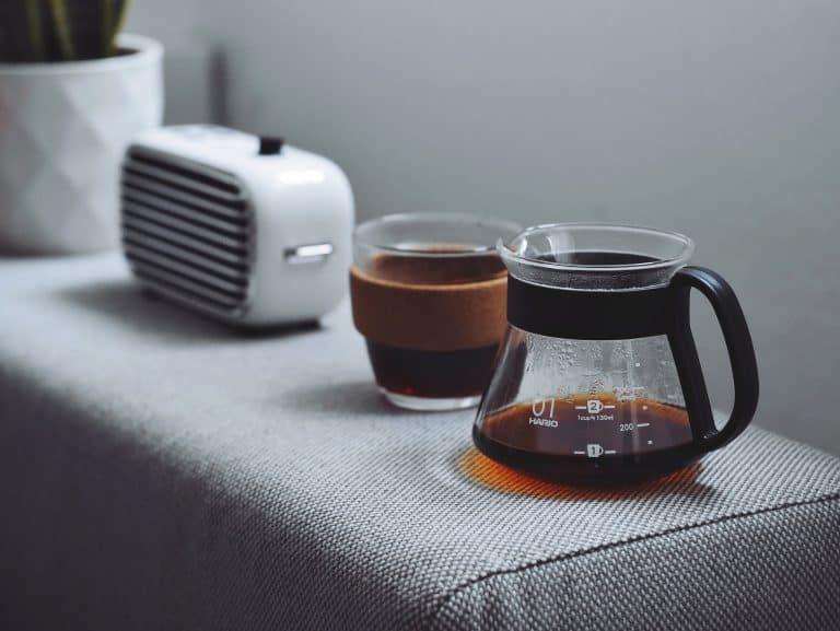 Persona escuchando música y tomando café