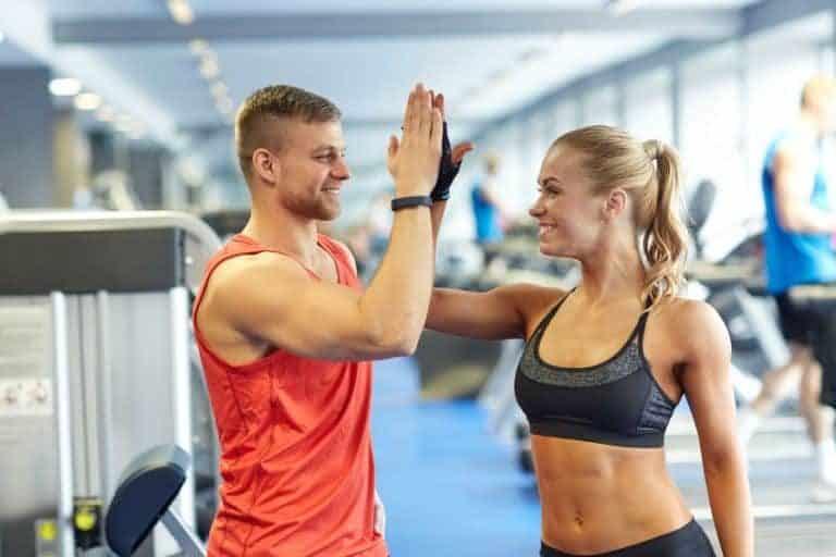 Pareja motivada realizando ejercicio