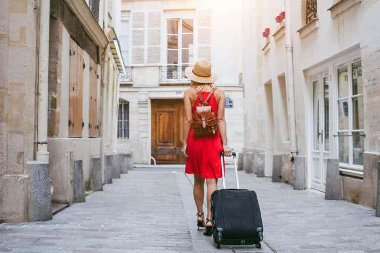 Mujer de viaje caminando hacia su destino final