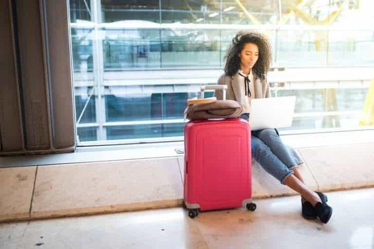 Mujer esperando abordar avión