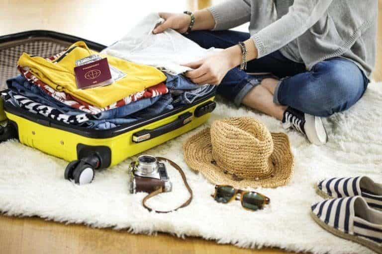 Mujer preparando su equipaje para viaje