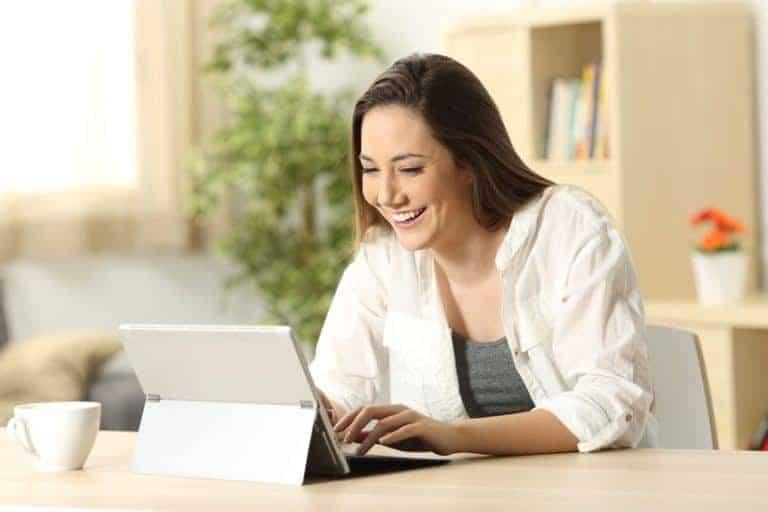 Mujer utilizando su ordenador