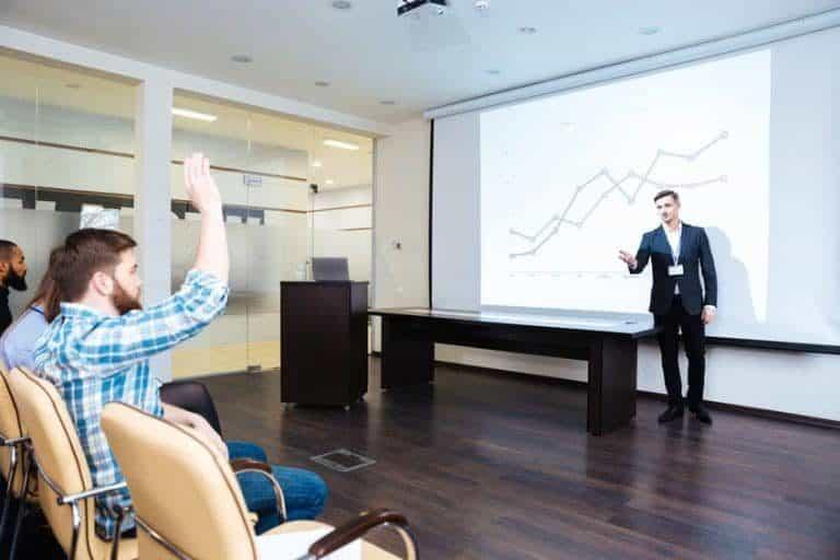 Conferencista en su presentación