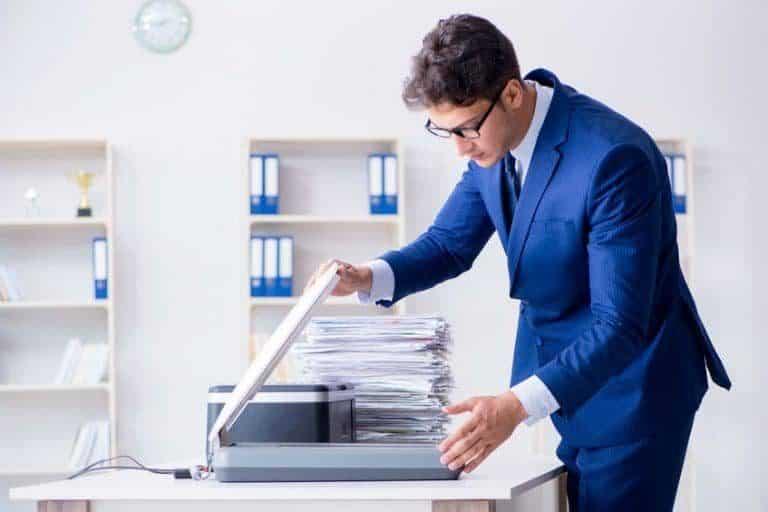 Hombre scanneando documentos