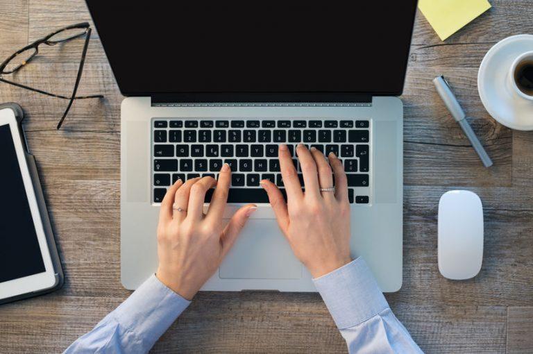 los teclados de los ordenadores personales están basados en el diseño teclado QWERTY