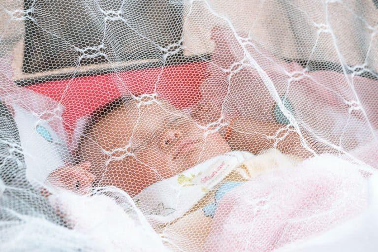 Verzeker je ervan dat het gaas van het muskietennet lucht doorlaat en optimaal zicht biedt om je baby op elk moment in de gaten te kunnen houden.