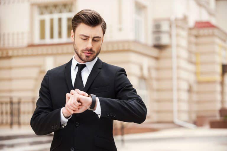 De meeste mannen dragen hun horloge om hun linker pols.