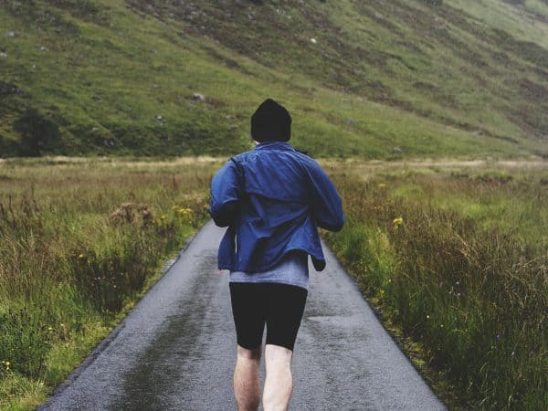 Man joggen door de Hooglanden