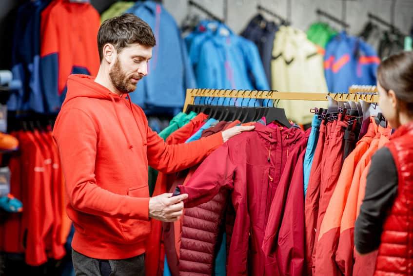 Man winterkleren kiezen in de sportwinkel