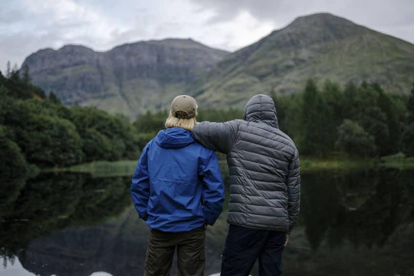 Vrienden staan aan de rivier in de Hooglanden