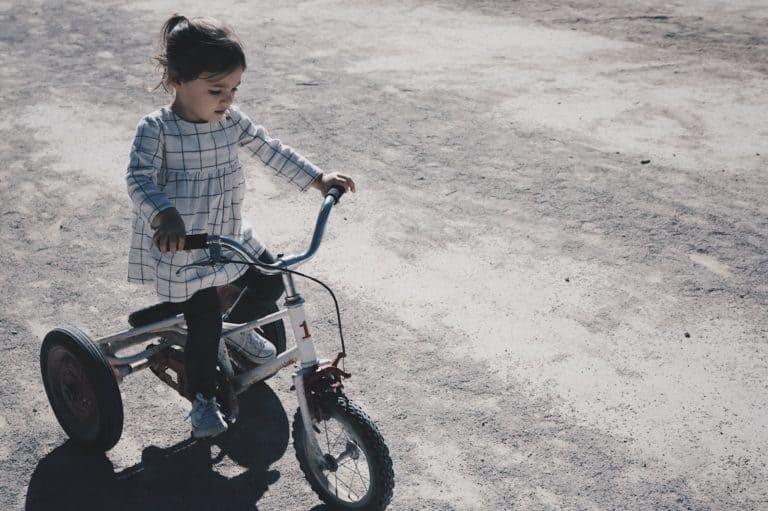 niña en triciclo
