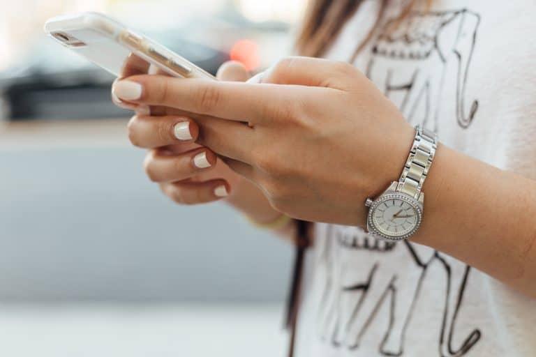 chica usando celular