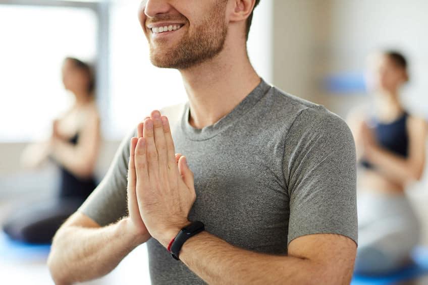 Yogaleraar begroeten bij de les
