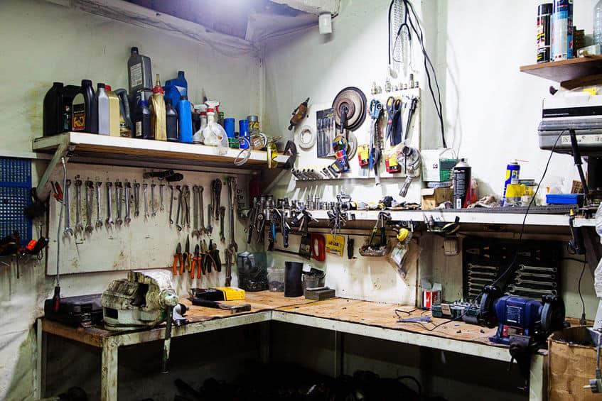 werkbank met gereedschap in garage
