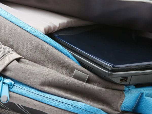 rugzak met een laptop binnen geïsoleerd op een witte achtergrond