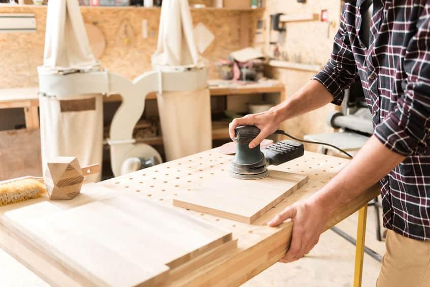 Houtbewerker werkt zorgvuldig met professionele apparatuur