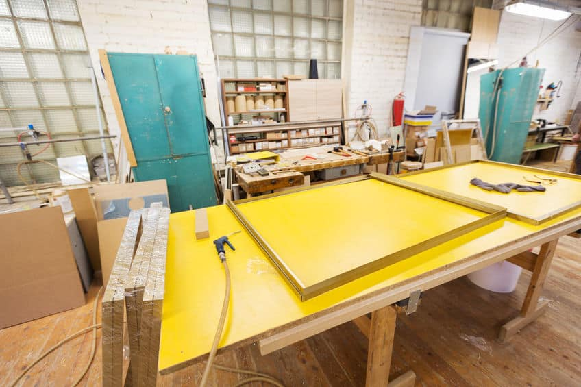 lijmpistool en frame op werkbank op werkplaats