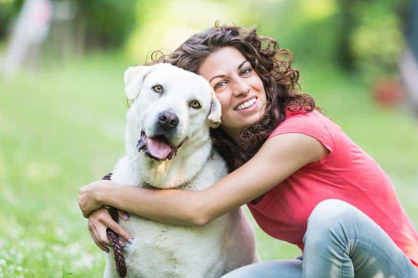 meisje haar hond knuffelen