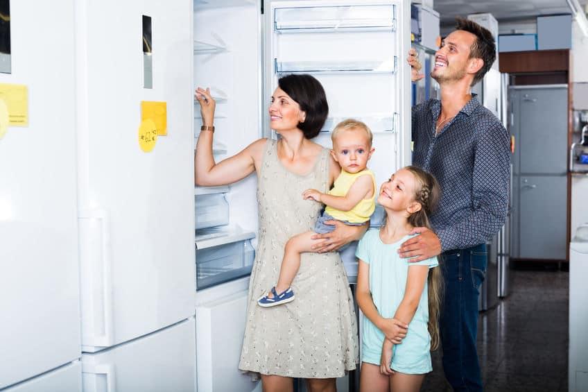 familie die nieuwe koelkast kiest