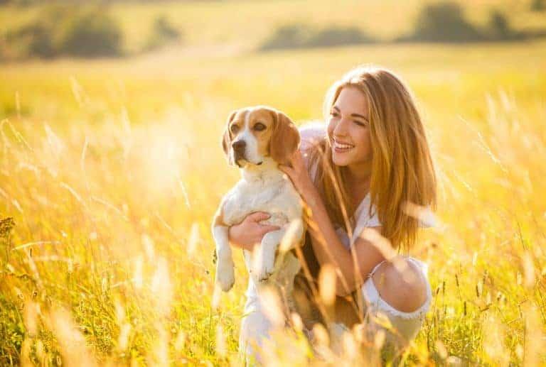 meisje met haar hond in het veld