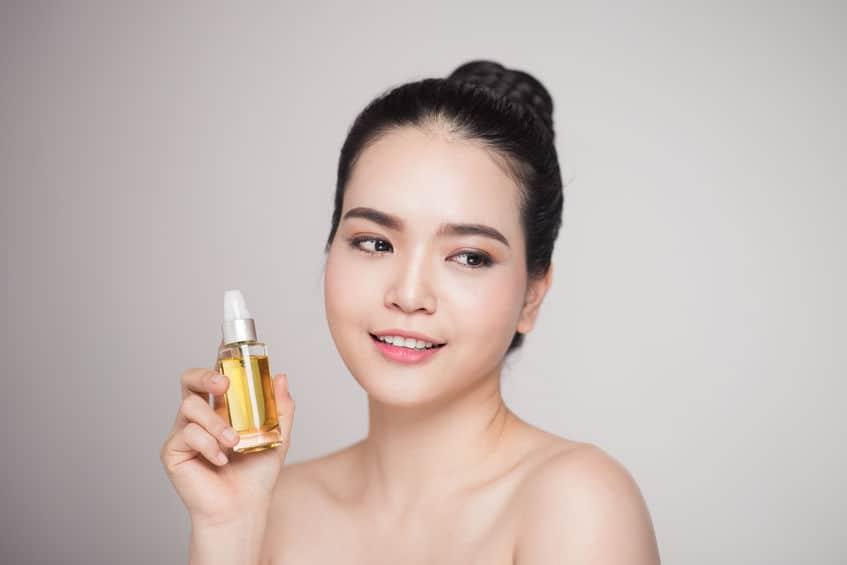 Schoonheid concept. Aziatische mooie vrouw met perfecte huid met olie