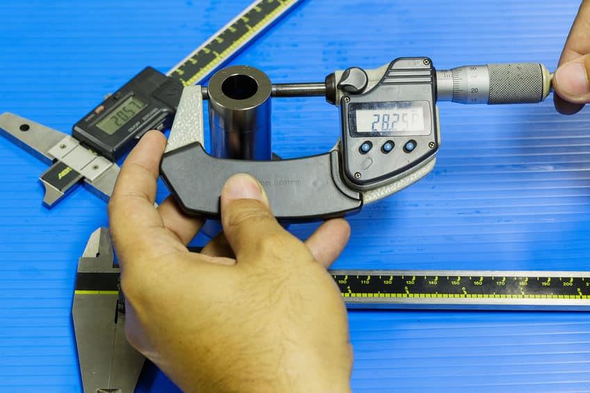 operator bereidt meetapparatuur inspectie mal en matrijs
