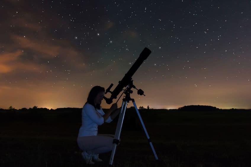 meisje kijkt naar de sterren