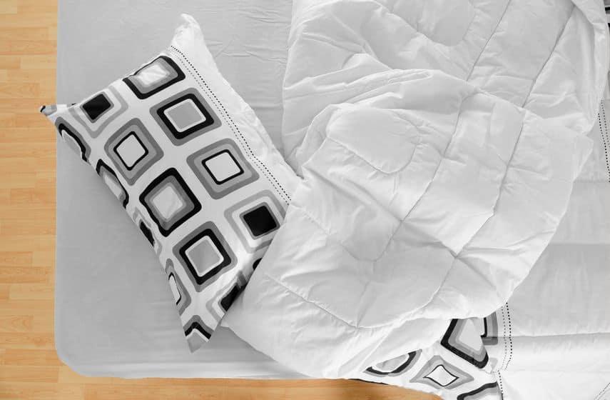 rommelig modern bed