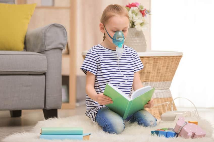 Meisje dat thuis astma-machine gebruikt