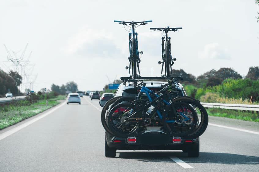 auto met veel fietsen op zijn fietsenrek