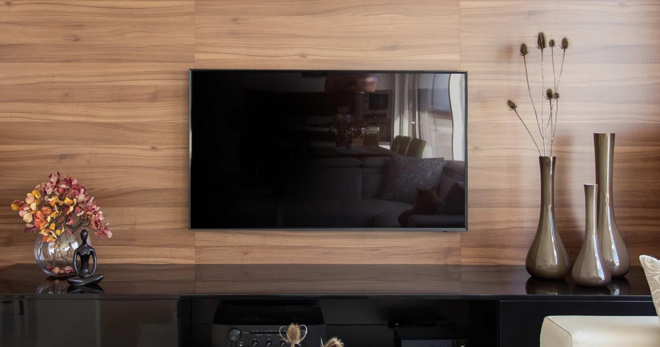 smart tv in zeer moderne houten woonkamer