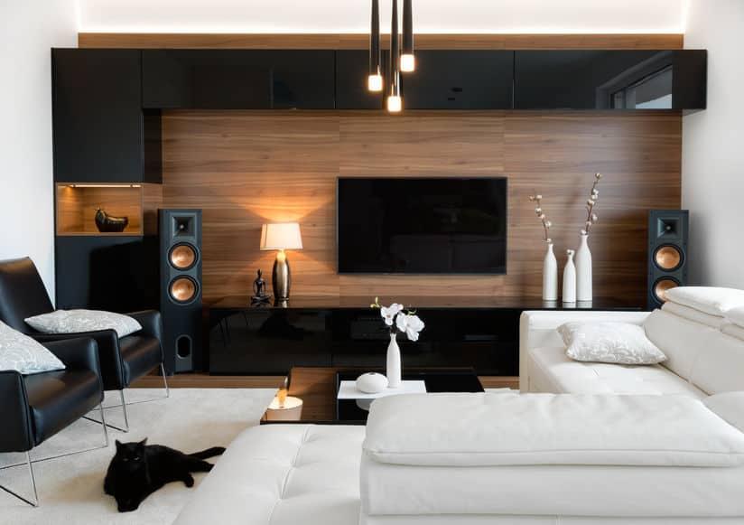 Moderne woonkamer met stereo speakers