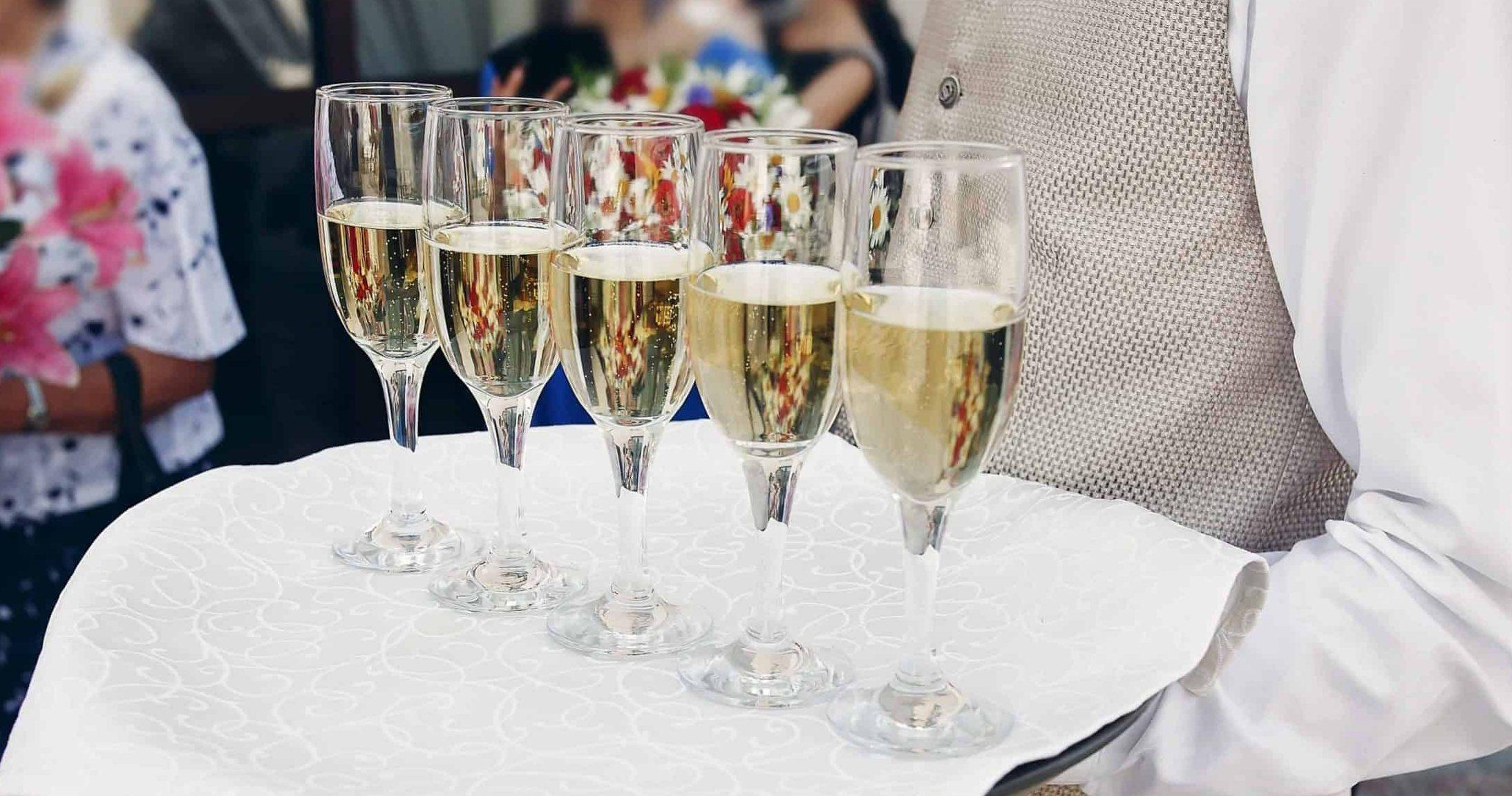 persoon die champagne uitdeelt binnen partij