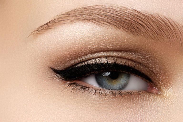 lichtogig meisje met zwarte eyeliner