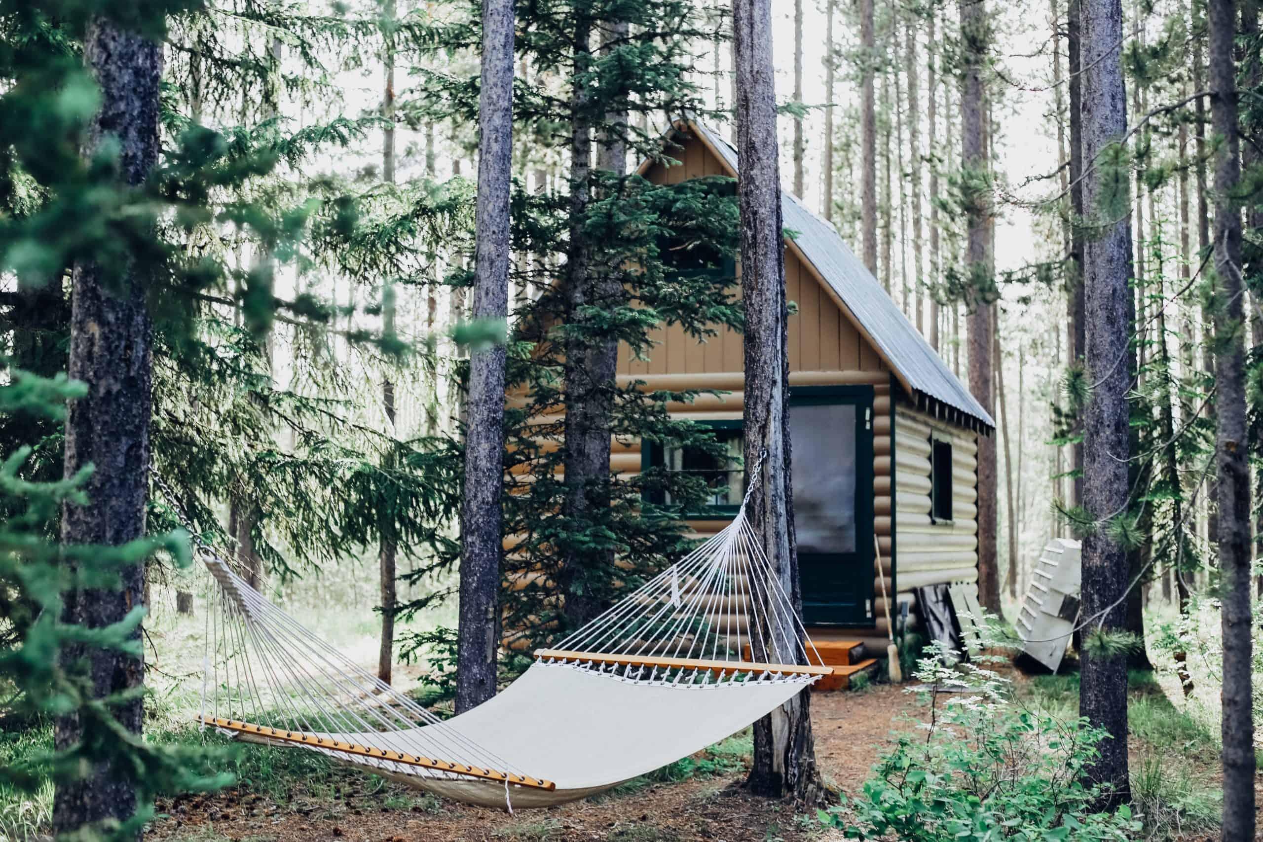 hangmat bij landhuis in het bos