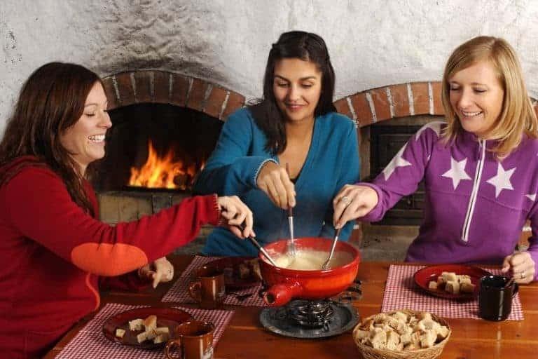 Drie meisjes die aan het fonduen zijn