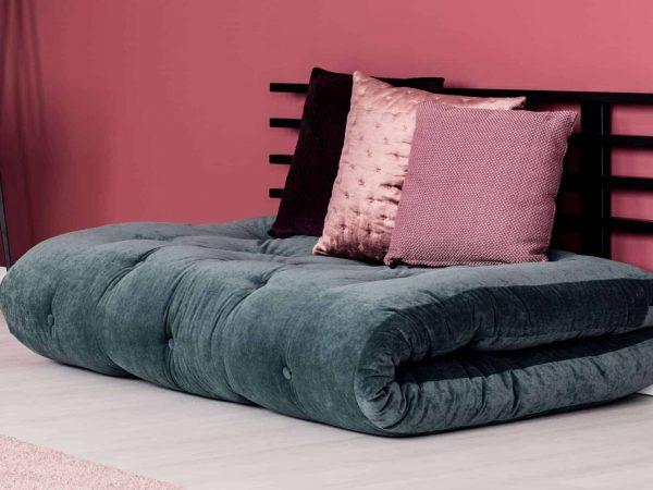 moderne slaapbank in goed ingerichte woonkamer